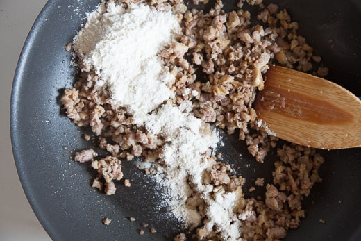 Add the flour to the brown sausage.