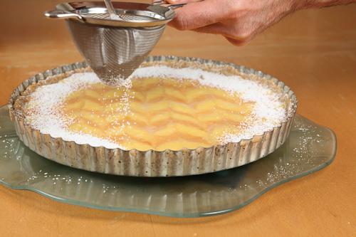 Dusting edge with powdered sugar