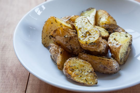 Roasted Fingerling Potatoes. Easy recipe and photo by Irvin Lin of Eat the Love.