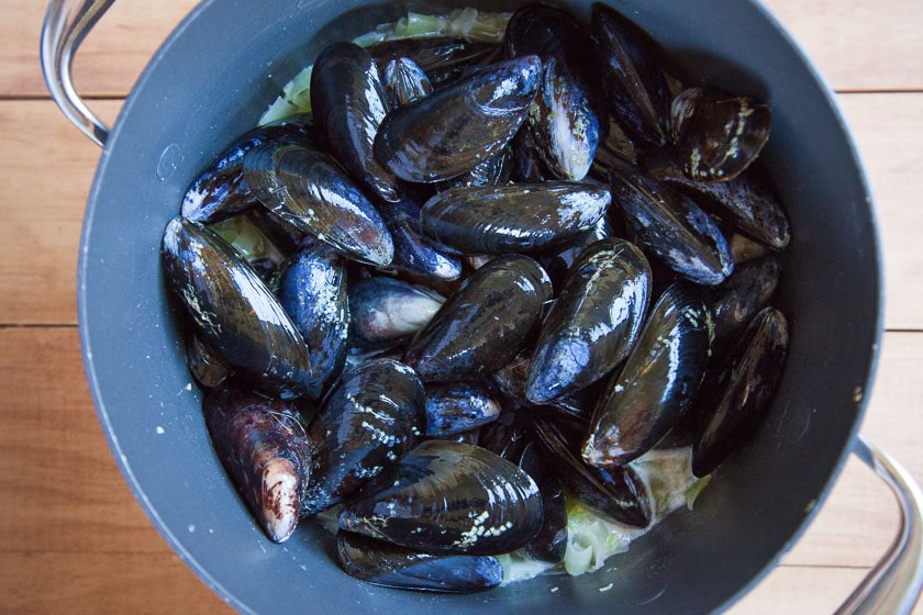 Place the mussels in the pot.